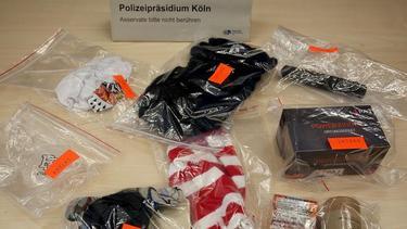 Von der Kölner Polizei sichergestellt: Sturmhauben, Pyrotechnik, Schlagstöcke und ein Ortungsgerät