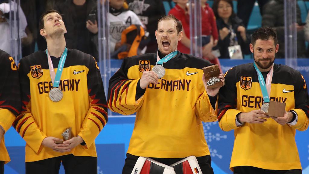 Frank Mauer, Danny aus den Birken und Yannic Seidenberg freuen sich über Olympia-Silber