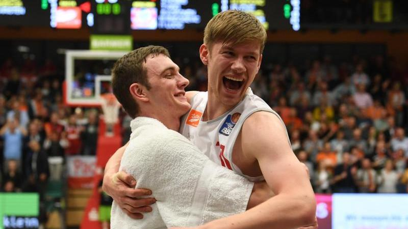 Möchte in die NBA: Vechtas Philipp Herkenhoff (l)