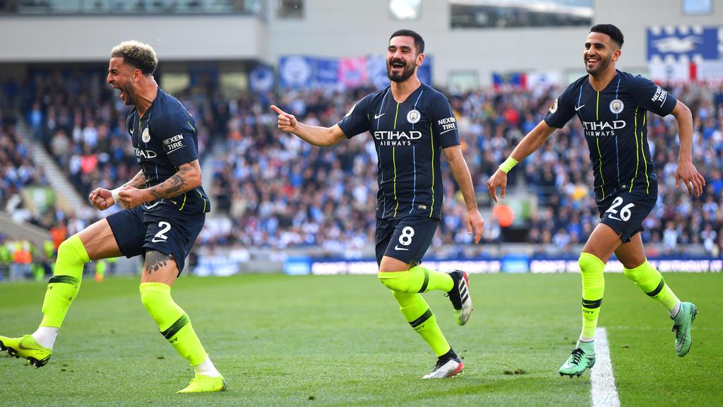 Ilkay Gündogan (M.) ist mit Manchester City englischer Meister