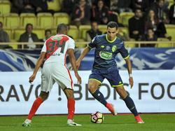 Anwar El Ghazi (r.) zoekt tegenstander Abdou Diallo (l.) op met de bal aan de voet. (04-04-2017)