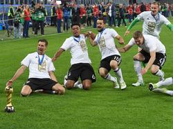 Met de Confederations Cup-trofee voor zich, glijden Leon Goretzka, Benjamin Henrichs, Amin Younes op de knieën van blijdschap. (02-07-2017)