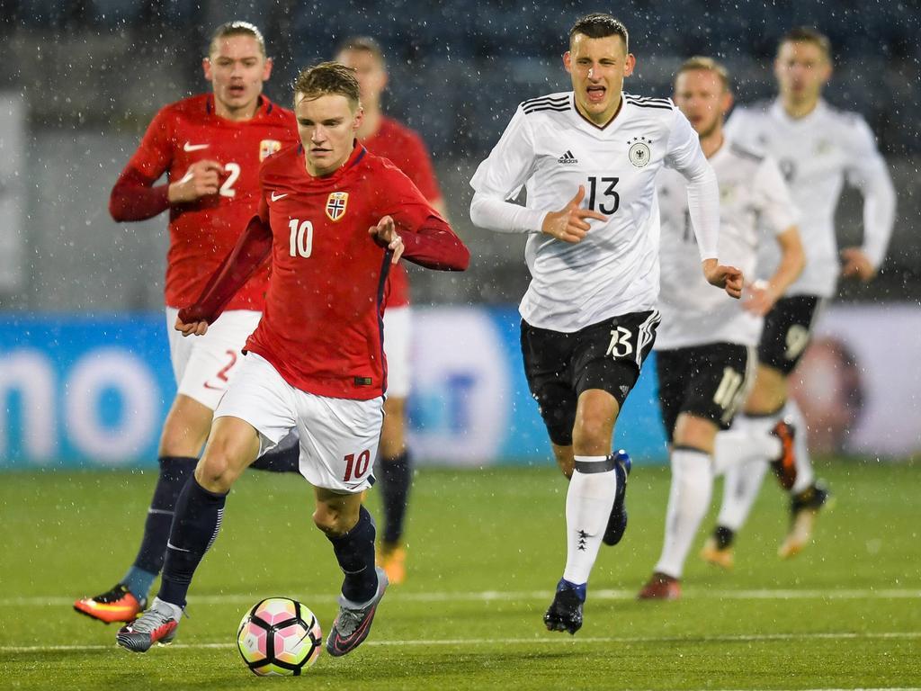 Martin Ødegaard (l.) traf zur 2:1-Führung der Norweger