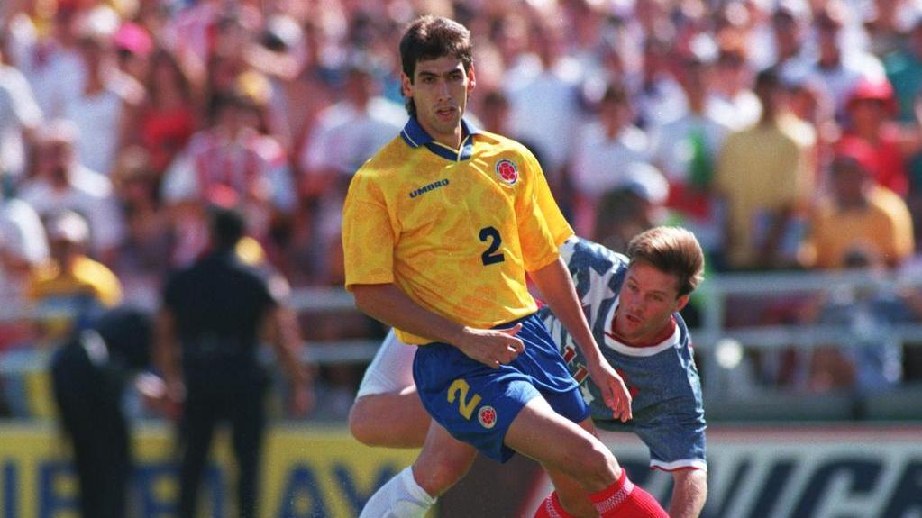 Andrés Escobar (l.) und Eric Wynalda während des WM-Spiels zwischen Kolumbien und den USA im Juli 1994