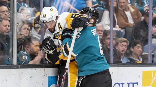 Lean Bergmann (r.) überzeugte in der NHL mit vielen Checks