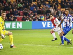 Amin Younes (m.) slalomt door de verdediging van sc Heerenveen heen en verschalkt Erwin Mulder (l.). Na een half uur spelen staat het al 3-0 in de ArenA. (05-12-2015)