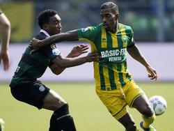 Ruben Schaken (r.) probeert weg te komen bij Lorenzo Burnet (l.) terwijl de bal langs hem wordt gespeeld tijdens ADO Den Haag - FC Groningen. (03-04-2016)