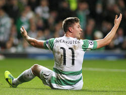 Derk Boerrigter is het niet eens met een beslissing van de scheidsrechter tijdens het Champions League-duel Celtic - AC Milan (26-11-2013).