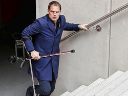 Frank de Boer, die vanwege een achillespeesblessure op krukken loopt, moet op één been de trap zien op te komen. De trainer van Ajax hinkelt de trap op en is op tijd voor de tweede helft tegen FC Utrecht. (17-04-2016)