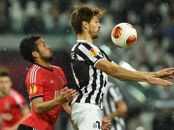 Garay contrasta Llorente durante le semifinali di Europa League tra Benfica e Juventus