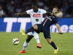 Duván Zapata en Yohan Cabaye houden elkaar bezig tijdens de oefenwedstrijd Napoli - Paris Saint-Germain. (11-08-2014)