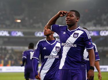 Aaron Leya Iseka begroet het publiek in België nadat hij in de kwartfinale van de Youth League trefzeker is tegen FC Porto. (18-03-2015)