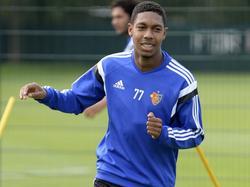 Jean-Paul Boëtius in actie op één van zijn eerste trainingen bij zijn nieuwe werkgever: FC Basel. (18-08-2015)