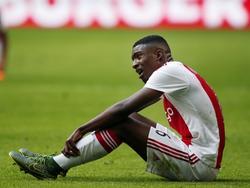 Riechedly Bazoer zit er doorheen tegen PSV. De middenvelder zag dat zijn directe opponent Jorrit Hendrix sterker speelde dan hij. (04-10-2010)
