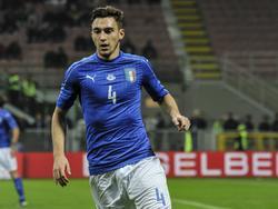 Matteo Darmian in actie voor Italië tijdens het oefenduel met Duitsland in Milaan. (15-11-2016)