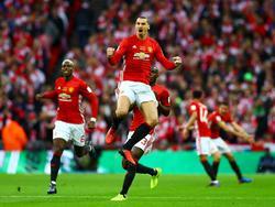 Zlatan Ibrahimović (m.) schreeuwt het uit na zijn 1-0 in de finale van de League Cup tegen Southampton. Paul Pogba (l.) juicht mee. (26-02-2016)