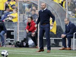 VVV-Venlo-trainer Maurice Steijn leeft mee met zijn ploeg tijdens het competitieduel met FC Emmen (17-04-2017).