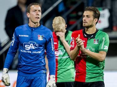 Christian Santos (r.) en Hannes Halldórsson (l.) bedanken het publiek na afloop van het competitieduel NEC Nijmegen - ADO Den Haag. (03-10-2015)