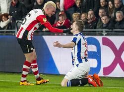 Maxime Lestienne (l.) heeft het aan de stok met debutant Willem Huizing tijdens de competitiewedstrijd PSV - sc Heerenveen. (12-03-2016)