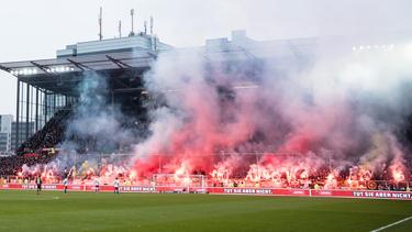 Mächtig Rauch und Feuer im Block des FC St. Pauli