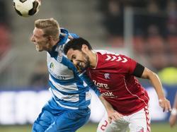 Nicolai Brock-Madsen (l.) en Mark van der Maarel gaan beiden de lucht in tijdens FC Utrecht - PEC Zwolle. (18-02-2017)