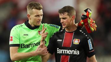 Lars Bender (r.) fordert von seinem Mannschaftskameraden Leon Bailey eine Entschuldigung