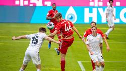 Josip Stanisic (M.) bei seinem Bundesliga-Debüt für den FC Bayern gegen Union Berlin