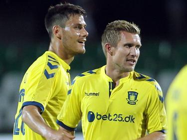 Dario Dumić (l.) zoekt contact met Martin Albrechtsen, die in de tweede voorronde van de Europa League heeft gescoord tegen PFC Beroe. (16-07-2015)