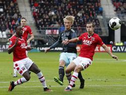 Kasper Dolberg (m.) krijgt ondanks de aanwezigheid van Ridgeciano Haps (l.) en Stijn Wuytens (r.) de kans om op doel te schieten tijdens AZ - Ajax. (06-11-2016)