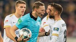Zog sich in Dresden den Umut der Wiesbaden-Profis zu: Schiedsrichter Martin Petersen