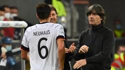 Bundestrainer Joachim Löw (r.) war mit der Leistung von Florian Neuhaus zufrieden