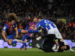 Claudio Bravo (u.) räumt Mit- und Gegenspieler ab