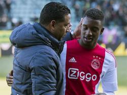 ADO Den Haag-trainer Henk Fraser (l.) zoekt na afloop van het duel met Ajax Riechedly Bazoer op, die gedurende de wedstrijd door een deel van de ADO-aanhang continu racistisch bejegend werd. (17-01-2016)