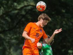 Sam Lammers (l.) wint het kopduel van zijn mandekker tijdens de oefenwedstrijd van Oranje onder 19 tegen KV Oostende. (06-07-2016)