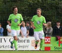 Hier jubelt Putaro (r.) mit Max Kruse. Beide sind mittlerweile nicht mehr beim VfL