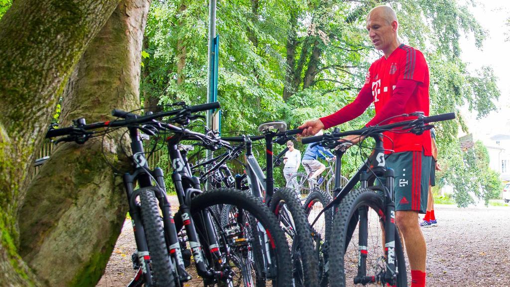Arjen Robben bei einer der ungeliebten Fahrrad-Einheiten