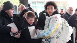 Leroy Sané in seiner auffallenden Jacke bei der Ankunft der Fußball-Nationalmannschaft in Wolfsburg