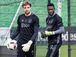 Tim Krul (l.) en André Onana (r.) betreden het trainingsveld van Ajax. (22-09-2016)