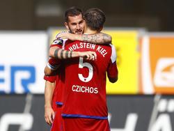 Czichos wird wohl auch weiterhin von Teamkollege Schmidt umarmt