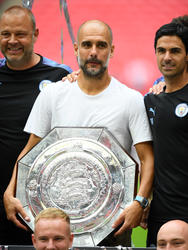 Guardiola con el trofeo de la Community Shield.