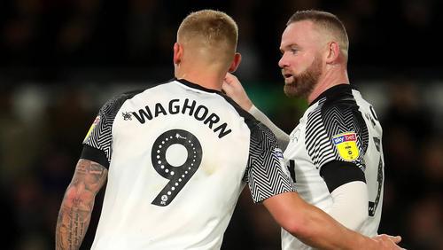 Wayne Rooney (r.) siegte bei seinem Debüt für Derby County