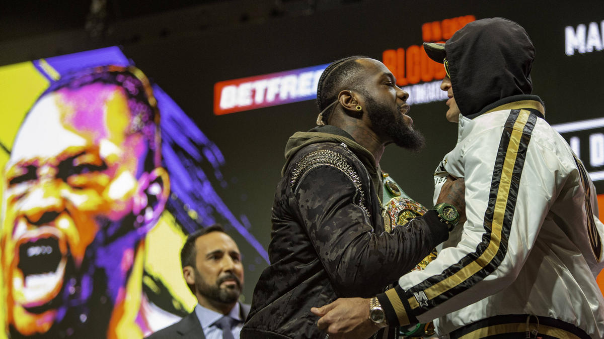 Deontay Wilder (l.) attackiert Tyson Fury