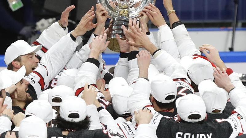 Kanadas Eishockey-Team feiert mit der Trophäe nach dem Sieg über Finnland