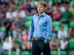 Hoofdtrainer Alfons Groenendijk kijkt geconcentreerd toe tijdens de uitwedstrijd van Excelsior tegen FC Groningen. (21-08-2015)