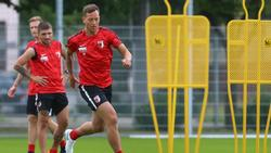 Augsburgs Julian Schieber musste am linken Knie operiert werden
