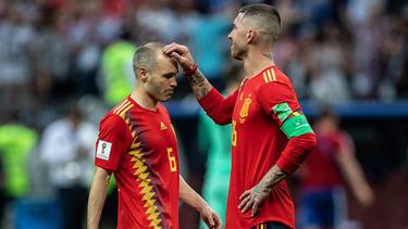 Andrés Iniesta (l.) nimmt Abschied von der großen WM-Bühne