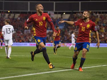 Rodrigo (izq.) celebra con Jordi Alba su golazo a Albania. (Foto: Getty)