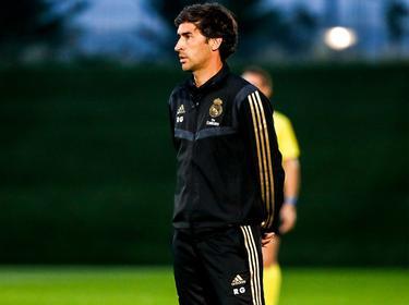 Raúl González observa a sus pupilos del filial blanco.
