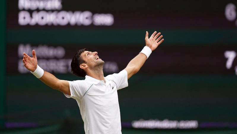 Tennis-Star Novak Djokovic feiert seinen sechsten Wimbledon-Sieg