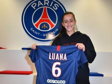 Luana posa con su camiseta del PSG.